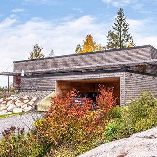 Foto på ett mellanstort skandinaviskt grått hus, med allt i ett plan och pulpettak