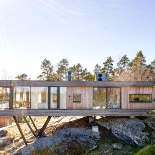 Bild på ett funkis beige hus, med allt i ett plan och platt tak