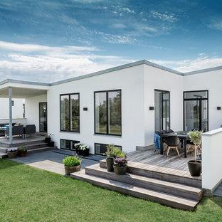 Idée de décoration pour une façade de maison blanche design de taille moyenne et de plain-pied avec un toit plat.