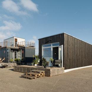 Foto de fachada industrial, de una planta, con revestimiento de metal y tejado plano