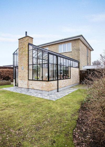 Skandinavisk Hus & facade by Rasmus Jensen ARKITEKT MAA