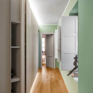 Esempio di un ingresso o corridoio minimal di medie dimensioni con pareti verdi e parquet chiaro
