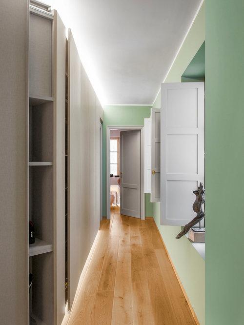 moderner flur mit gr ner wandfarbe ideen design bilder houzz. Black Bedroom Furniture Sets. Home Design Ideas