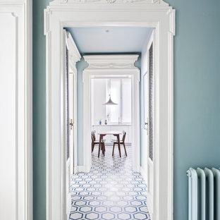 Idéer för att renovera en stor funkis hall, med vita väggar och flerfärgat golv