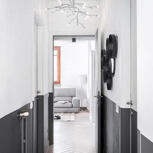 Bild på en liten funkis hall, med klinkergolv i porslin, grått golv och bruna väggar