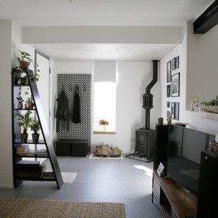 Idee per un ingresso moderno di medie dimensioni con pareti bianche, pavimento con piastrelle in ceramica, una porta singola, una porta bianca, pavimento grigio e soffitto ribassato