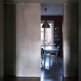 Idéer för stora eklektiska hallar, med röda väggar, betonggolv och rosa golv