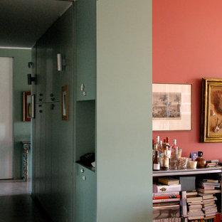 Идея дизайна: большой коридор в стиле фьюжн с зелеными стенами, бетонным полом и розовым полом