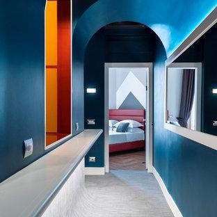 Foto di un ingresso o corridoio contemporaneo con pareti blu e pavimento grigio