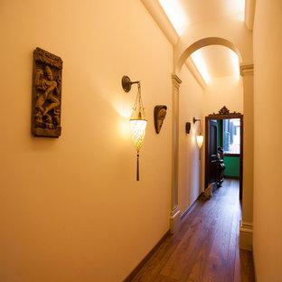 Свежая идея для дизайна: большой коридор в классическом стиле с паркетным полом среднего тона - отличное фото интерьера