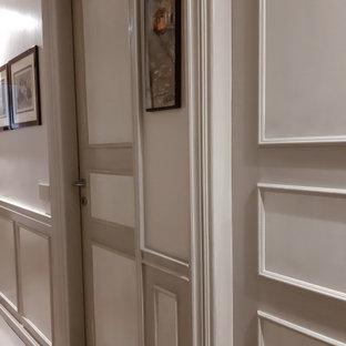 ミラノの中くらいのシャビーシック調のおしゃれな廊下 (ベージュの壁、カーペット敷き、ベージュの床、羽目板の壁) の写真