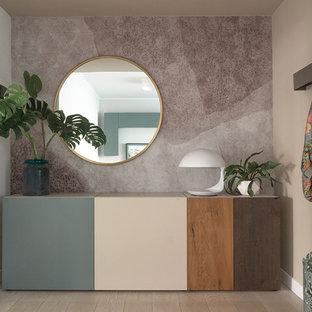 Foto de distribuidor actual, de tamaño medio, con paredes beige y suelo laminado