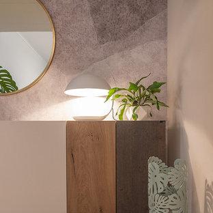 Ispirazione per un ingresso contemporaneo di medie dimensioni con pareti beige e pavimento in laminato