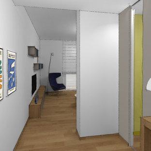 Mittelgroßer Moderner Eingang mit Foyer, grauer Wandfarbe, hellem Holzboden und eingelassener Decke in Turin