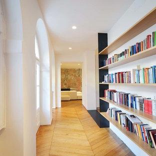 Esempio di un ingresso o corridoio mediterraneo con pareti bianche, parquet chiaro e pavimento beige