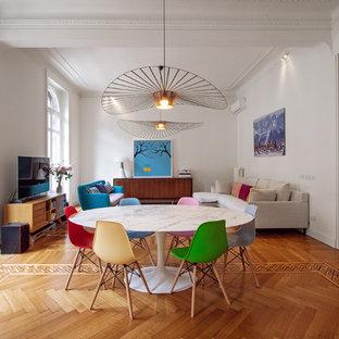 Esempio di una sala da pranzo aperta verso il soggiorno minimal con pareti bianche e pavimento in legno massello medio