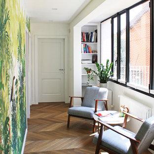 Ispirazione per un ingresso o corridoio minimal di medie dimensioni con pareti multicolore, parquet scuro e pavimento marrone