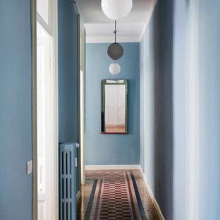 Bild på en mellanstor eklektisk hall, med blå väggar, klinkergolv i keramik och flerfärgat golv