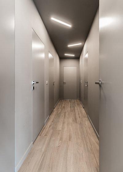 Moderno Corridoio by Desearq Studio