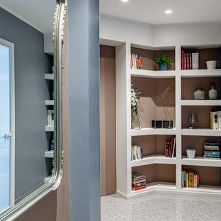 Inredning av en minimalistisk mellanstor hall, med rosa väggar, klinkergolv i porslin och grått golv