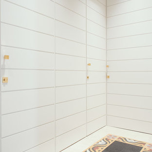 Foto di un ingresso o corridoio con pareti bianche, pavimento alla veneziana e pavimento multicolore
