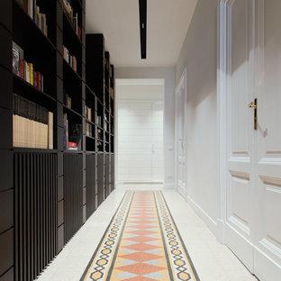 Exempel på en modern hall, med vita väggar, flerfärgat golv och terrazzogolv