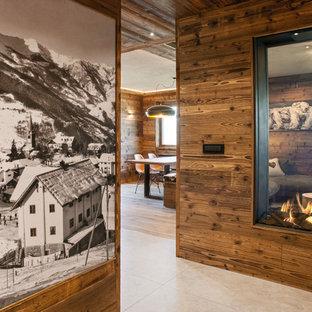 トゥーリンの大きいラスティックスタイルのおしゃれな廊下 (マルチカラーの壁、磁器タイルの床) の写真