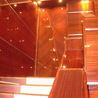 Diseño de puerta principal costera, de tamaño medio, con suelo de madera en tonos medios
