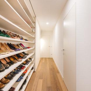 Modelo de recibidores y pasillos actuales, de tamaño medio, con paredes blancas y suelo de madera en tonos medios