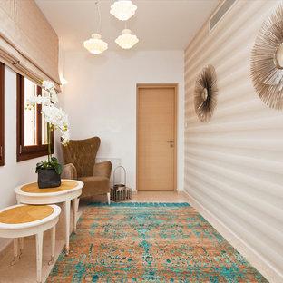 Immagine di un piccolo ingresso o corridoio chic con pareti beige, pavimento in marmo e pavimento beige