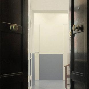 Свежая идея для дизайна: маленькая входная дверь в современном стиле с белыми стенами, полом из керамогранита, двустворчатой входной дверью, белой входной дверью и бирюзовым полом - отличное фото интерьера