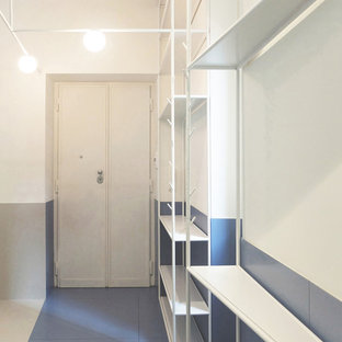 小さいコンテンポラリースタイルのおしゃれな廊下 (白い壁、磁器タイルの床、ターコイズの床) の写真