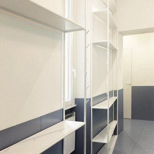 Источник вдохновения для домашнего уюта: маленькая узкая прихожая в современном стиле с белыми стенами, полом из керамогранита, двустворчатой входной дверью, входной дверью из темного дерева и бирюзовым полом