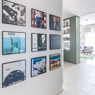 Esempio di un ingresso minimal di medie dimensioni con pareti grigie, parquet scuro, pavimento marrone e soffitto ribassato