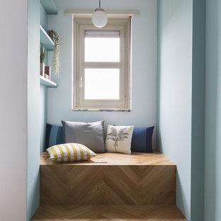 Immagine di un ingresso o corridoio contemporaneo con pareti blu, pavimento in legno massello medio e pavimento marrone