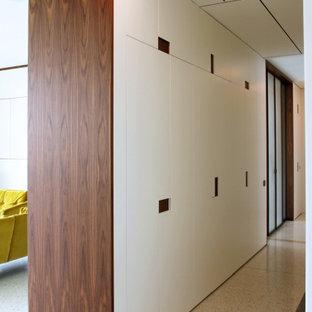Inspiration för stora moderna hallar, med vita väggar och marmorgolv