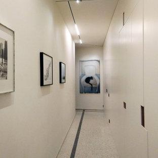 Inspiration pour un couloir design avec un mur blanc, un sol en marbre et un plafond à caissons.