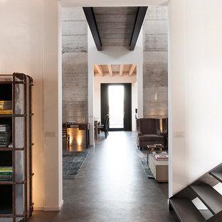 Пример оригинального дизайна: большой коридор в стиле лофт с бетонным полом, белыми стенами и серым полом