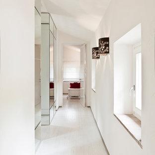 Immagine di un grande ingresso o corridoio minimalista con pareti bianche