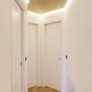 На фото: маленький коридор в стиле модернизм с белыми стенами, паркетным полом среднего тона, коричневым полом и деревянным потолком