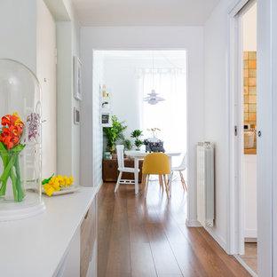 Foto di un ingresso o corridoio nordico di medie dimensioni con pareti bianche, pavimento in legno massello medio e pavimento marrone