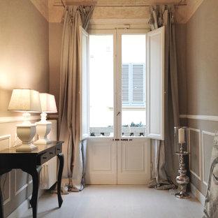フィレンツェのトラディショナルスタイルのおしゃれな廊下 (グレーの壁、塗装フローリング、白い床) の写真