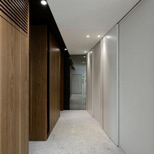 Idéer för funkis hallar, med vita väggar och marmorgolv