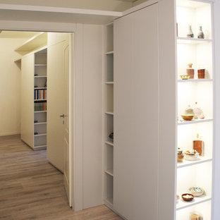 Idées déco pour un grand couloir moderne avec un mur blanc, un sol en carrelage de porcelaine et un sol beige.