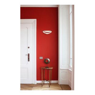 Immagine di un ingresso moderno di medie dimensioni con pareti rosse, parquet chiaro, una porta singola e una porta bianca
