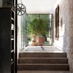 Cette image montre un couloir méditerranéen de taille moyenne avec béton au sol.