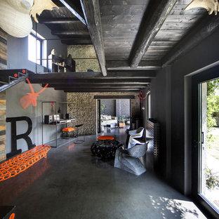 Immagine di un grande ingresso o corridoio contemporaneo con pareti grigie, pavimento in pietra calcarea e pavimento grigio