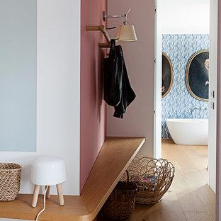 Idee per un ingresso o corridoio minimal di medie dimensioni con pareti multicolore, pavimento in legno massello medio e pavimento marrone