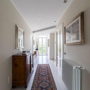 Esempio di un grande ingresso o corridoio chic con pareti beige e parquet chiaro