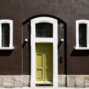 Esempio di un ingresso o corridoio tradizionale di medie dimensioni con pareti marroni, una porta a due ante e una porta verde